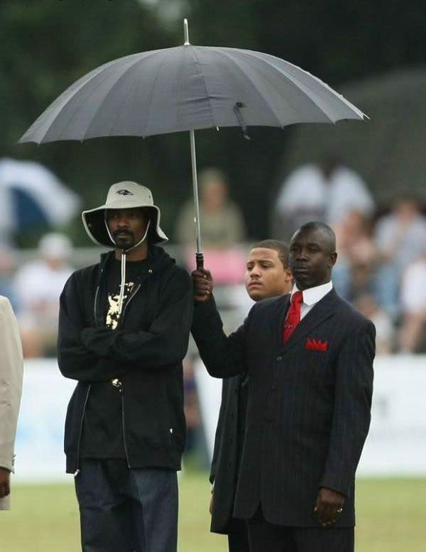 snoop dogg assistant holding an umbrella